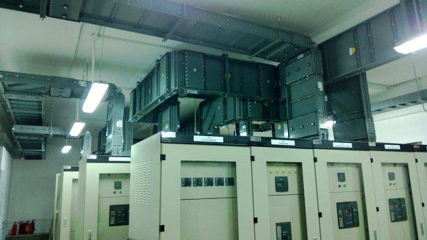 Trên thanh dẫn tiêu chuẩn, các kỹ sư thiết kế cơ điện cho phép tối đa là 10 điểm mở trên cả 2 mặt thanh dẫn. Khoảng cách tối thiểu giữa các điểm mở là 610mm