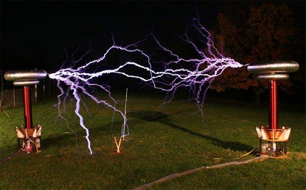 Điện áp tần số cao có thể thắp sáng các bóng đèn huỳnh quang cách xa vài bước chân mà không cần dây điện kết nối.